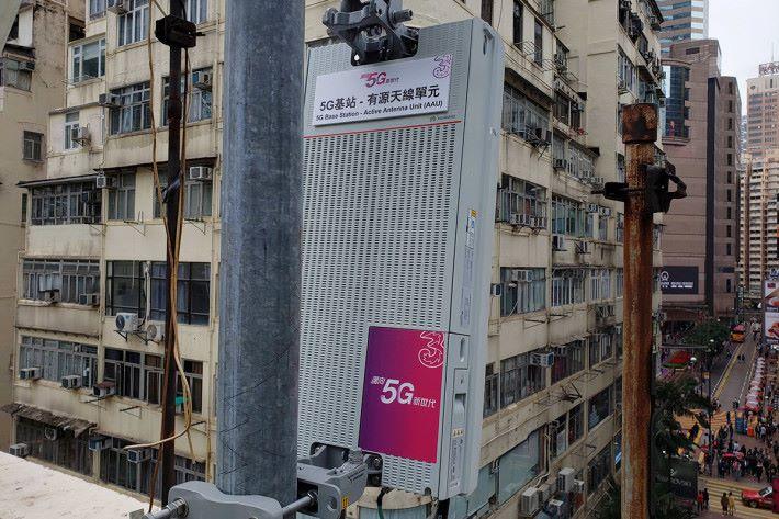 銅鑼灣設置 Massive MIMO 測試基站所使用的 5G 天線。