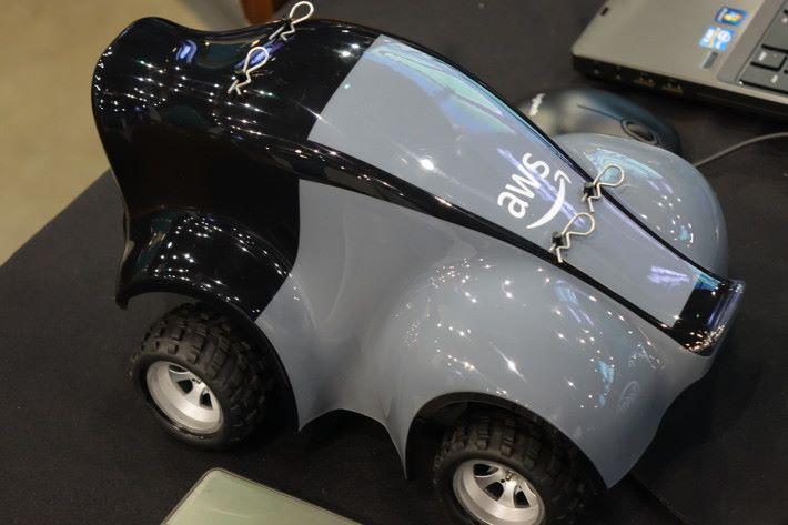 亞馬遜自動駕駛模型車 DeepRacer 的背面。