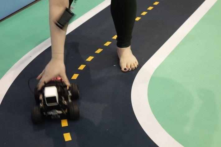 只要出手扶正 DeepRacer 多幾次,有一定訓練數據,就能自動跟著賽道去走。
