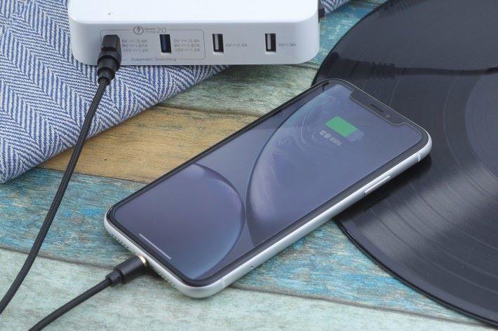 小編以 2.4A 充電,充電速度確實挺快。