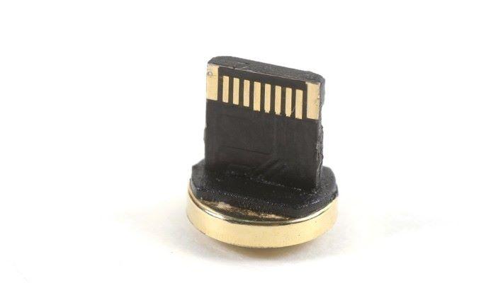 造工一般,Lightning 頭只有一邊有金屬 8 Pin。