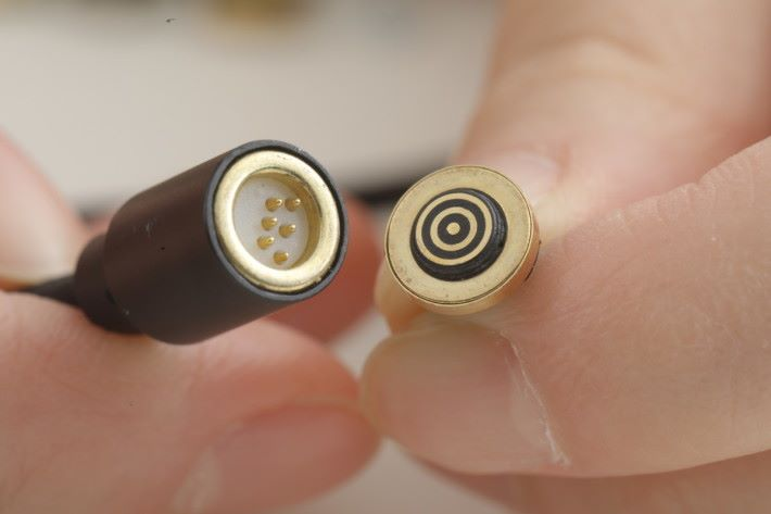 左邊為 Double Mag 充電線的磁力末端,而右邊則為對應裝置的磁力頭。