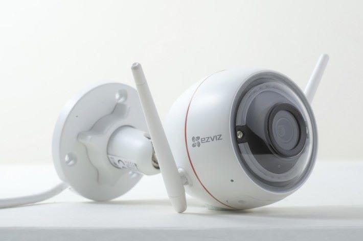 一套具備 4 支 EZVIZ Husky Air IP Cam。