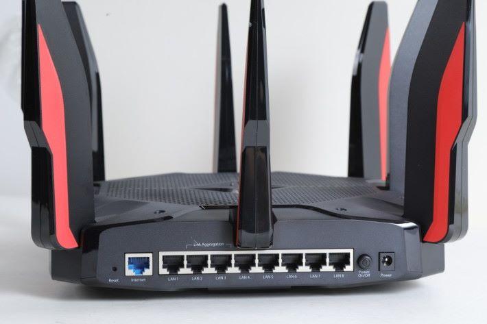 具備 8 個 Gigabit LAN 埠,第 2、3 個埠可行 Link Aggregation。
