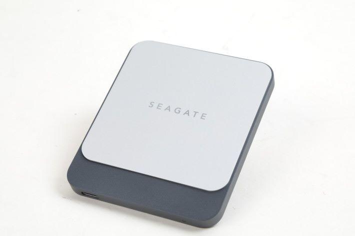 採用鋁和塑膠材質,造型時尚,銀色筆電和 MacBook 很匹配。