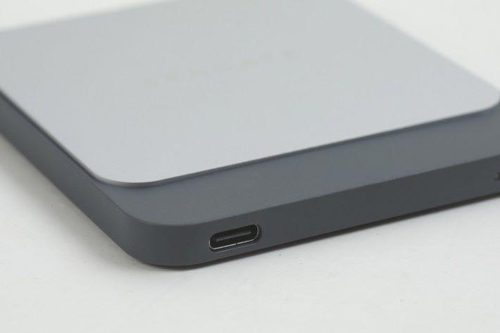 採用 USB Type-C 傳輸介面。