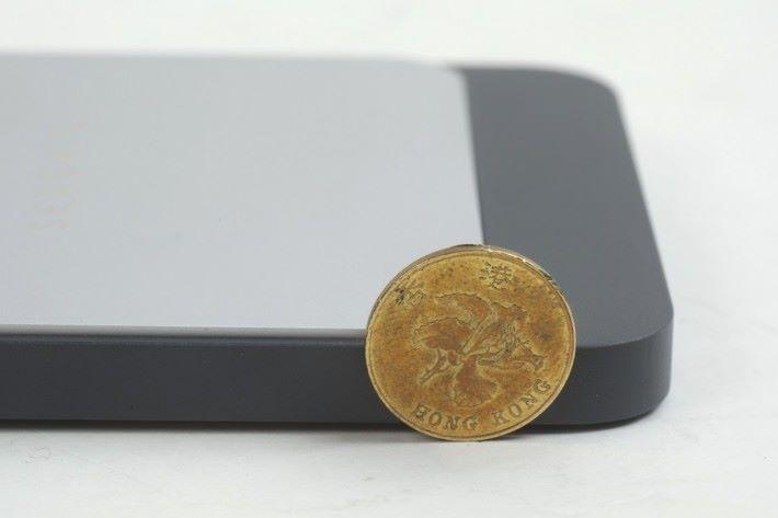 厚度僅約 1 毫子硬幣的半徑。