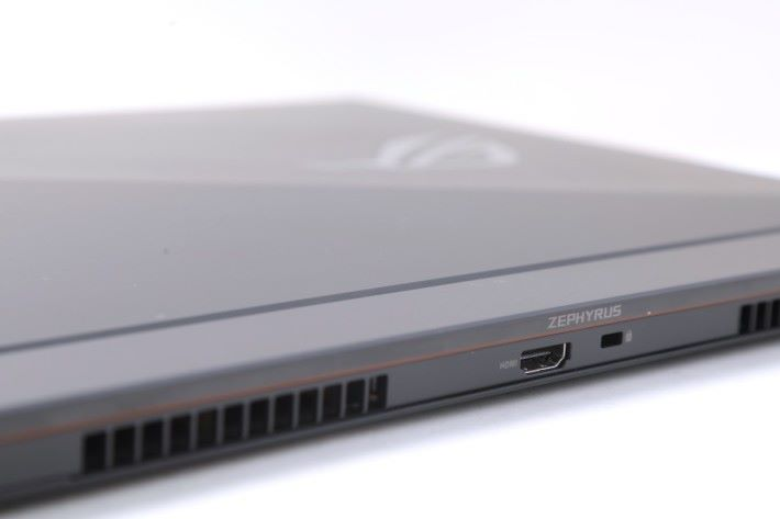 HDMI 就位於主機正後方,對用戶來說十分方便。