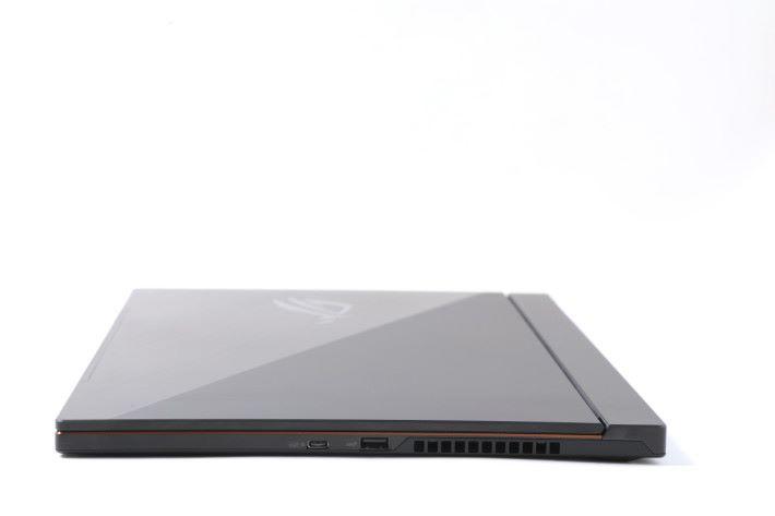Zephyrus S 蓋上屏幕機身後只有 14.9 mm 。