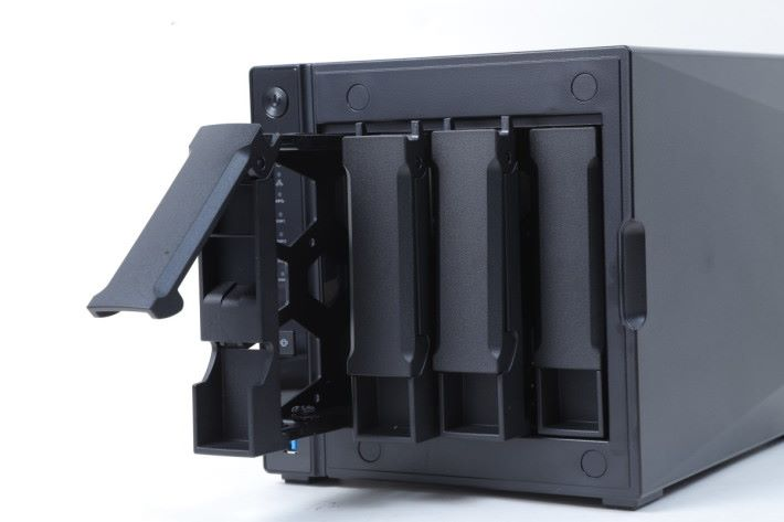 "AS4004T 為 4-Bay 型號,3.5"" 硬碟可免螺絲安裝,而 2.5"" 硬碟或 SSD 則需上螺絲。"