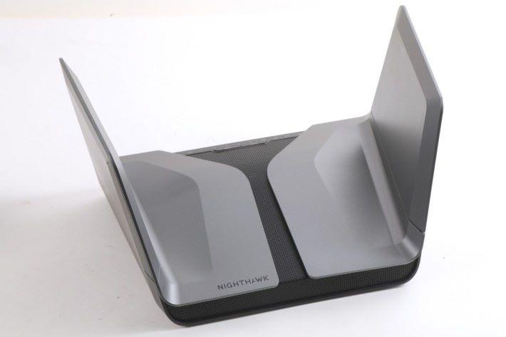 Netgear NIGHTHAWK AX8 設計前衛。