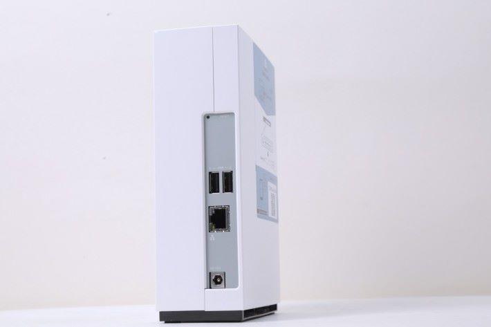 機背有一個 Gigabit LAN 埠和 2 個 USB 2.0 埠。通常 NAS 機背都設有風扇,但 TS-128A 的風扇則隱藏在機身內。