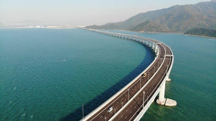 中國移動香港提供大灣區通訊服務予頻繁往來大灣區的特選平治房車車主,在駕車進出粵港澳同時,就可利用中國移動香港的漫遊網絡,於三地作無縫連線。