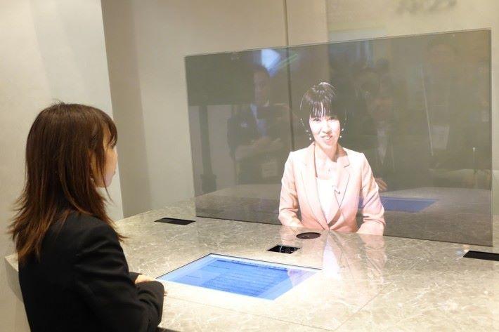 將客服務員透過視像投影出來,有如現場親身解答客戶查詢,更具人性化。