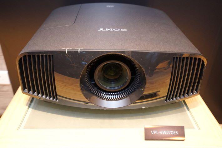 .今次推出的入門版 SXRD 投影機,機價不到 HK$40,000 。