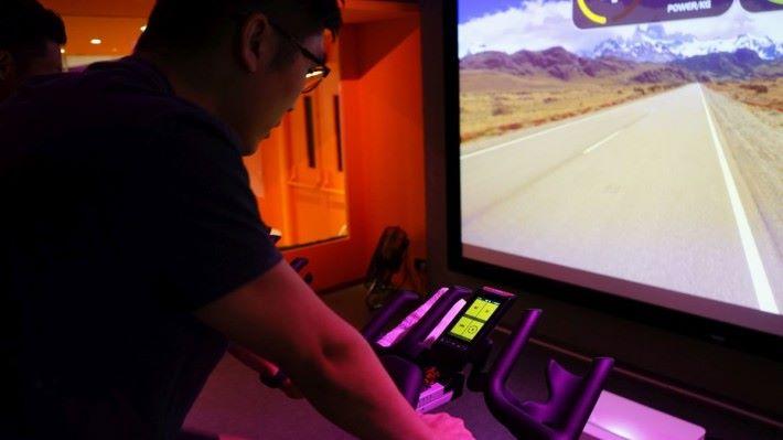 燈光 + 音樂 + 投射大屏幕下進行單車訓練