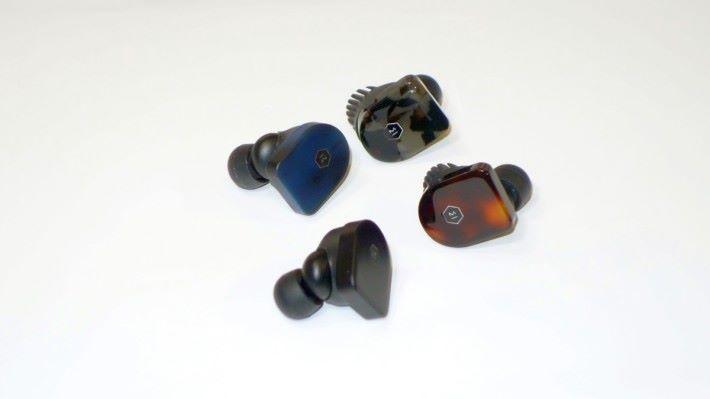 耳機採用不銹鋼配合醋酸纖維,其中醋酸纖維製品更需要漫長的人手工序,才能做出類似玳瑁物料的效果