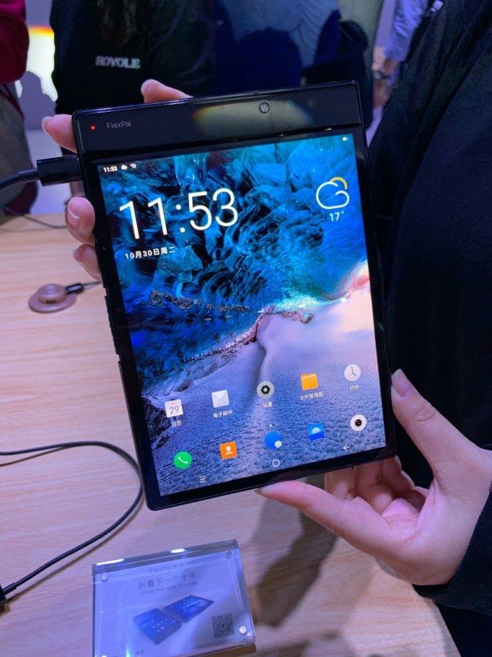 攤開後,屏幕大小和 iPad mini 相若。