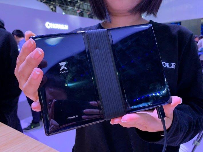 摺屏的機關設計和 Samsung 構思中的摺屏手機相似