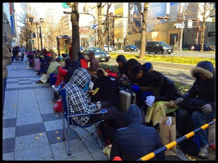 2015 年,日本民眾排隊購買 Apple 福袋的情況。