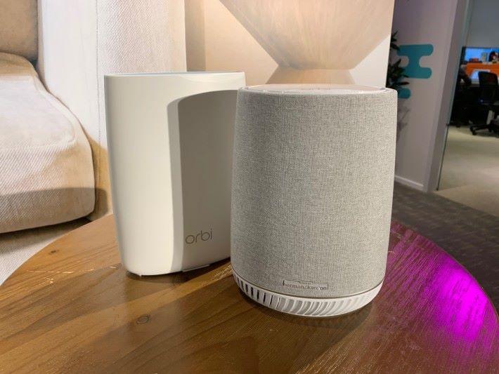 Orbi Voice 套裝由左邊白色的 RBK50 主機,及右邊的 RBS40V Mesh Wi-Fi 智能音箱組成。