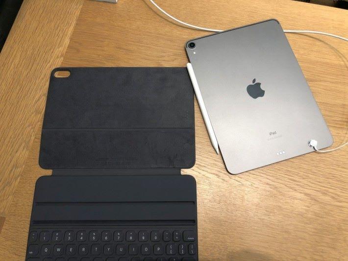 鍵盤保護套,同樣使用 Smart Connector 作連結