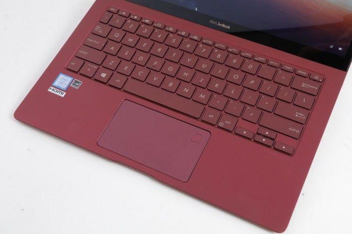 使用六行式鍵盤提供 1.2mm 鍵程,兼具背光燈。