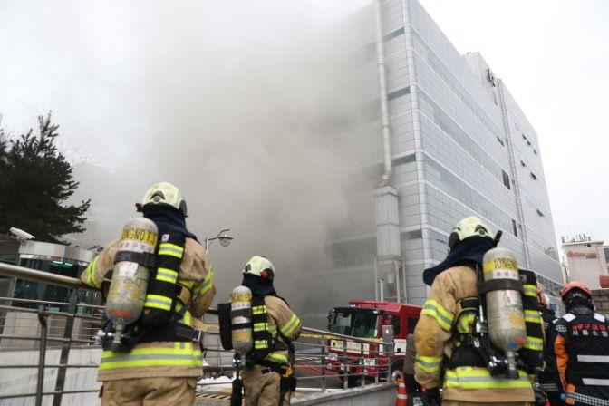 韓國最大電信商 KT 通訊,位於首爾忠正路大樓的地下機房發生火警