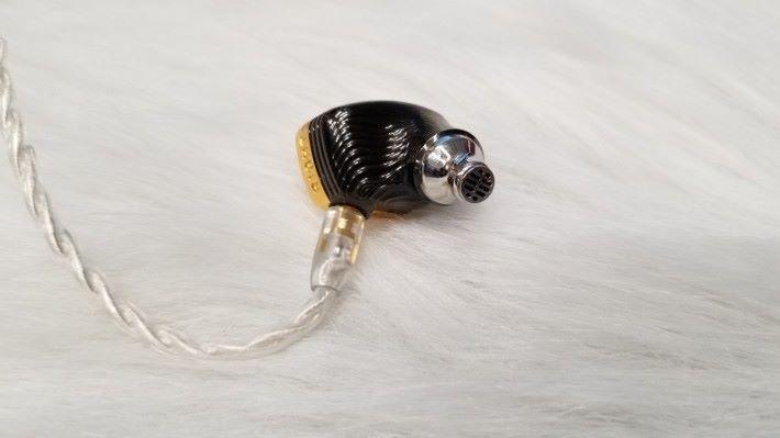 反轉會見到黑色外殻的配搭,而傳聲管的開孔位也很不同。