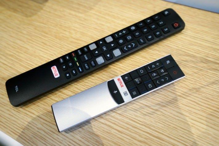 .隨機有兩個遙控器,當中較細的一個有內置咪高峰作Google 助理操作用。