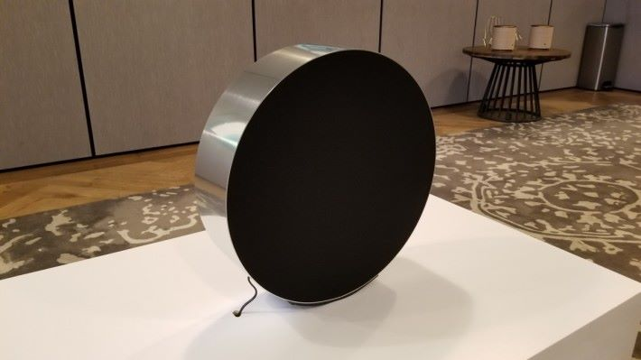 Beosound Edge 好似一個扁平的鼓,垂直放在地上,機身只有一條電線,沒有其他插頭提供。
