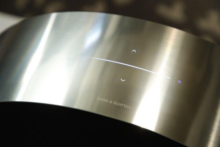 機頂有線狀音量調校提示燈,以及 FWD 及 REV 發光的觸控鍵。