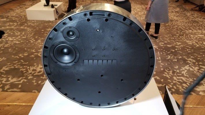 喇叭後面則內置了中音及高音揚聲器。