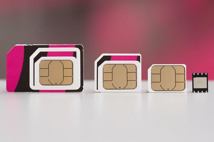 實體 SIM 與 eSIM(最右)的分別,就是 eSIM 是虛擬 SIM 卡。(圖片來源:Deutsche Telekom)