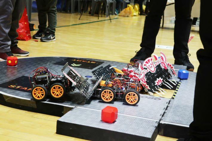 四隻機械人激烈地進行比賽。