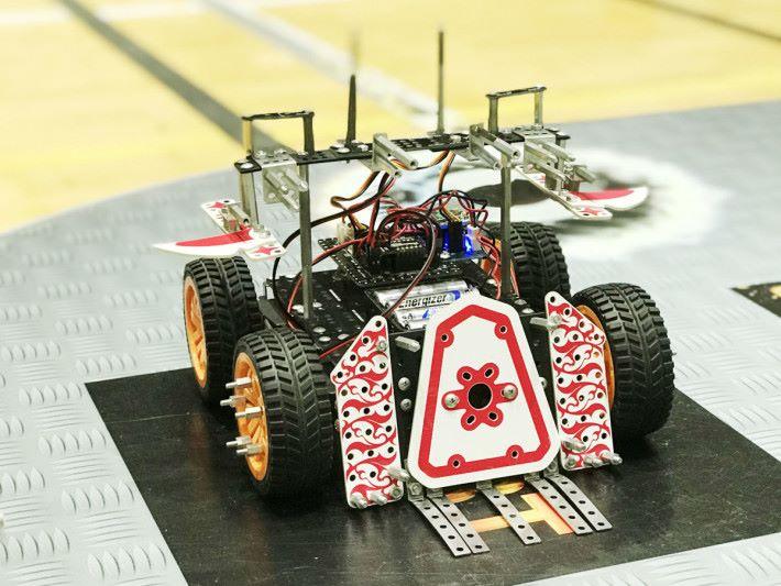 這雙對戰機械人採用四驅設計,比賽時更靈活,但需要參賽者達到一定的操控水平。