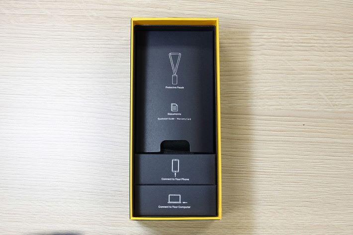 包裝盒底部放置了各式連接線及便攜袋。