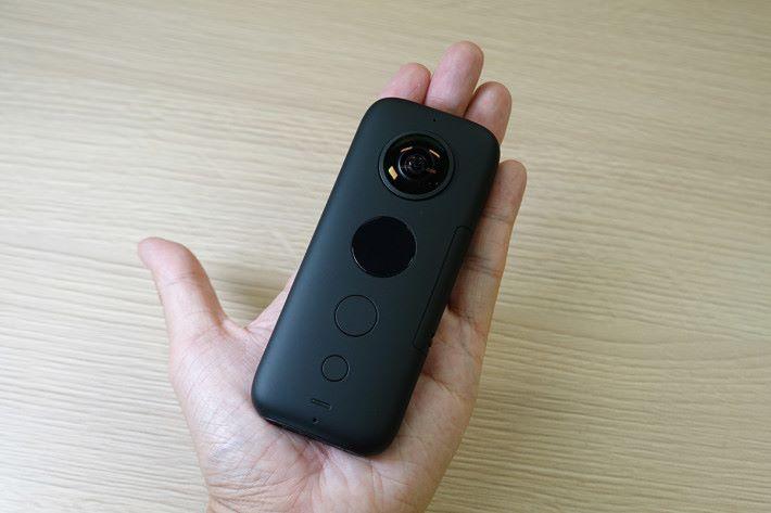 Insta360 ONE X 體積與一隻手掌差不多,90.9g 的重量,尚算輕巧。