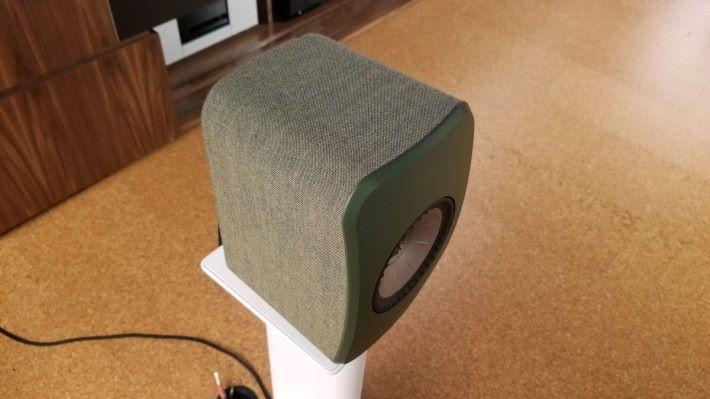 整個音箱以丹麥 Kvadrat 的布料包圍,曲面前障板設計有效增強聲音擴散。