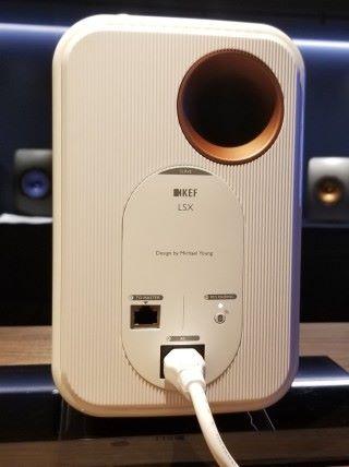 另一個喇叭除可無線連接,亦可以有線連接,便可輸出更高的 96kHz / 24bit 音訊。