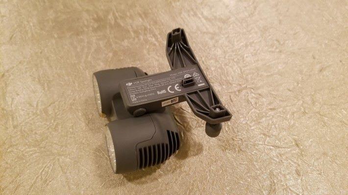 配件上有 micro USB 插頭,只要將配件裝在擴充槽即可。