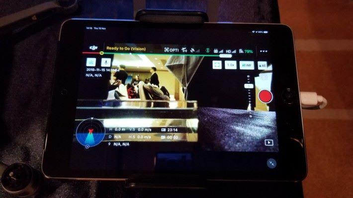 M2E 需配合 DJI Pilot App 使用,畫面少了左邊的自動功能,其他則大致相同。