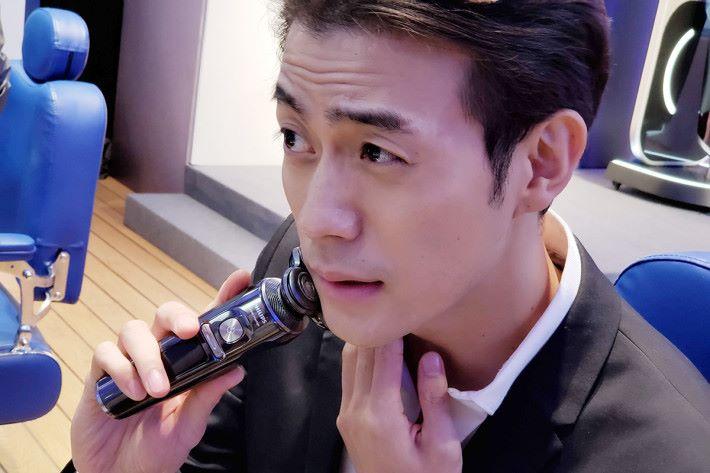 電鬚刨會利用智能感應偵測鬍鬚密度,在每秒偵測鬍鬚密度15 次下,根據結果自動調節最佳剃鬚效能。