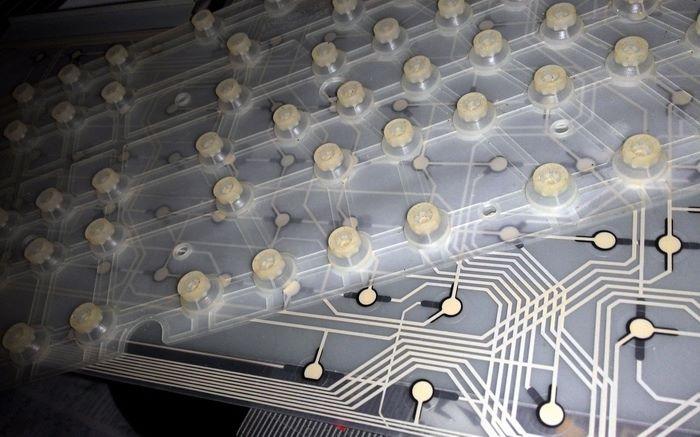 薄膜鍵盤顧名思義,就是用三層薄透過通電去打字。