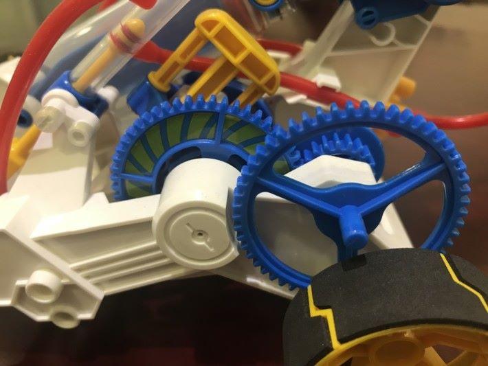 車上裝有氣壓錶,內置有彈簧及指針,當加入空氣時,壓縮的空氣走入空氣瓶的同時,在分流器中同時推動氣壓錶的指針連桿令指針移動並指示氣壓位置,彈簧會反方向把指針推回原來的位置。
