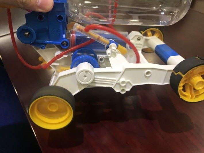 如果車輪上沒有粗糙的膠面,而是光滑的膠面,光滑的車輪與地面之間沒有摩擦力的產生,車輪就不能在另一物體表面產生滾動的力,令車子不能前進。
