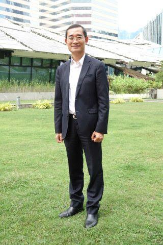 香港教育城行政總監鄭弼亮講解 AI 比賽內容,他指出學生對能設計真正成品往往會更學習動機。