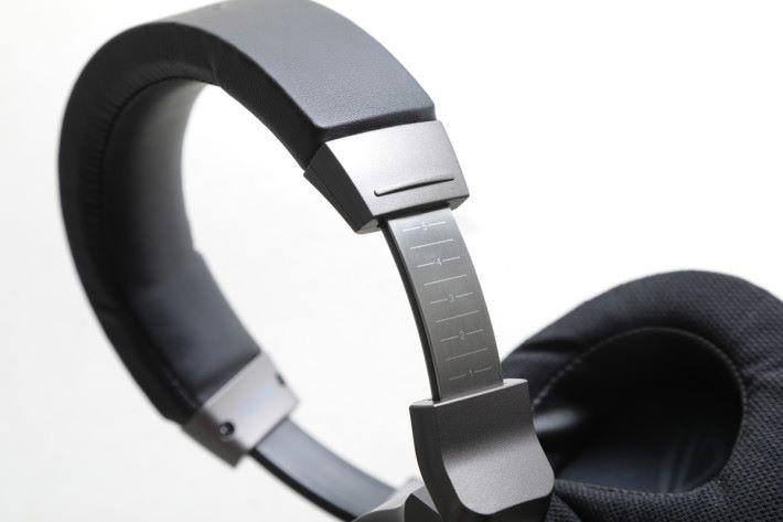ROG Delta 的頭帶以金屬作支架,頂部以柔軟物料加工,佩戴感覺相當舒服。