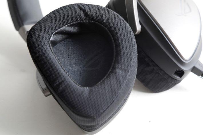 耳罩採用符合人體工學的「D 形」設計,並且可選配仿皮革或網眼布的物料耳綿。