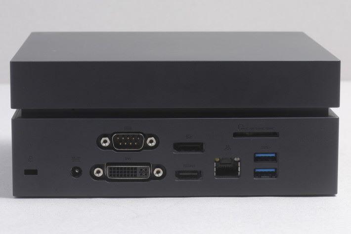 機身前後提供多達五組 USB 端子與一組 USB Type-C 端子,連同常用的 HDMI 與 DVI 端子,擴充與支援能力媲美不少桌面電腦。